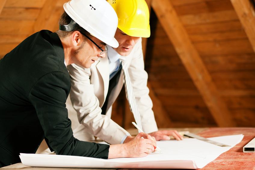 Architekt und Bauingenieur diskutieren Bauplan